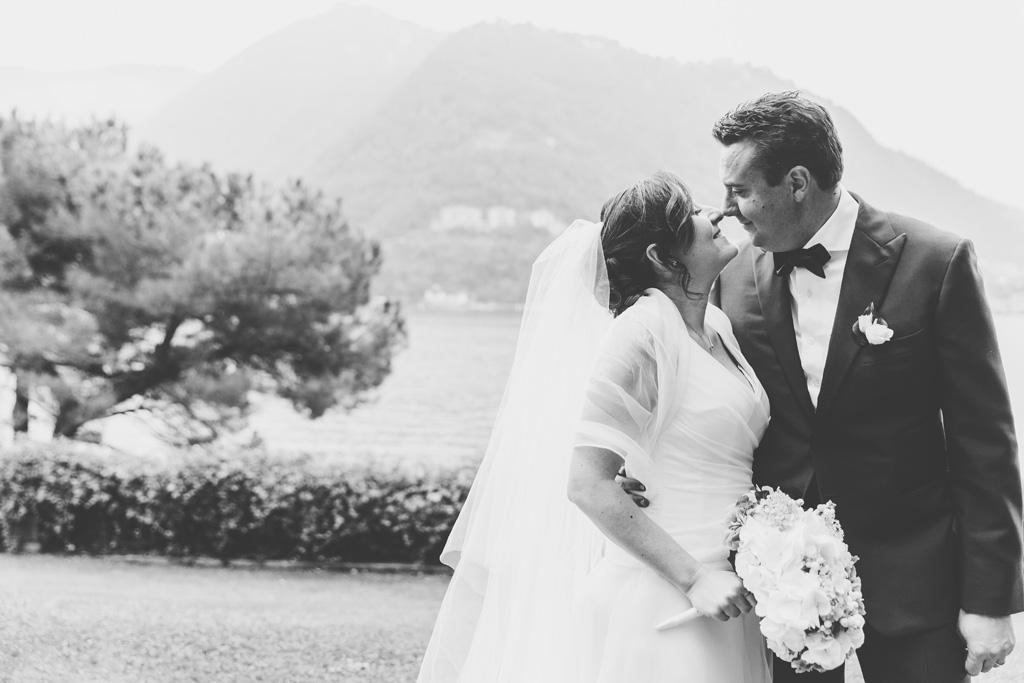Luca e Daniela si guardano intensamente davanti al Lago di Como
