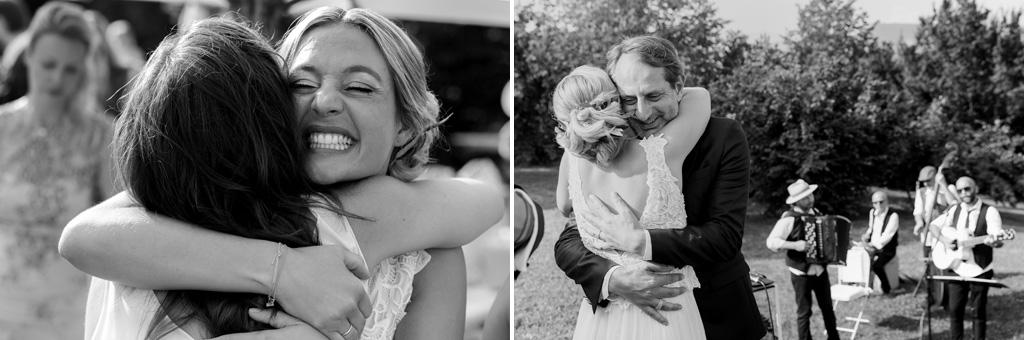 La sposa abbraccia familiari e parenti