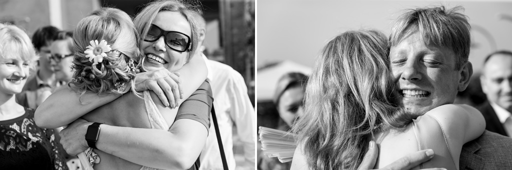 Gli sposi abbracciano calorosamente gli invitati in momenti ripresi dal fotografo Alessandro Della Savia