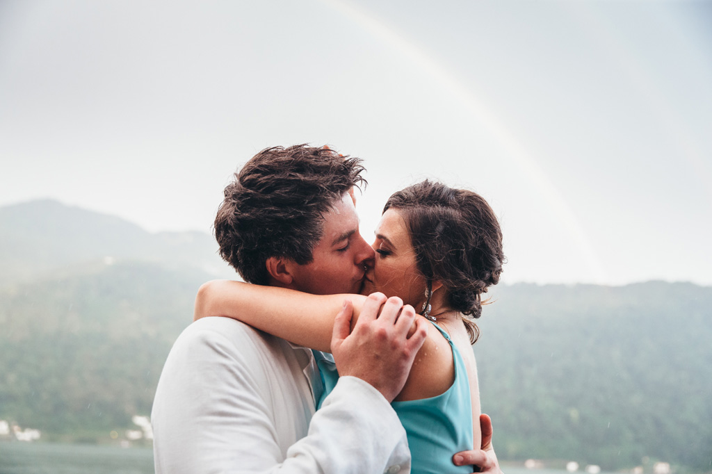 Mark e Loreanne si baciano sotto l'arcobaleno fotografati da Alessandro Della Savia