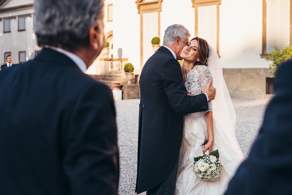 Il padre bacia la figlia Beatrice appena arrivata per il ricevimento