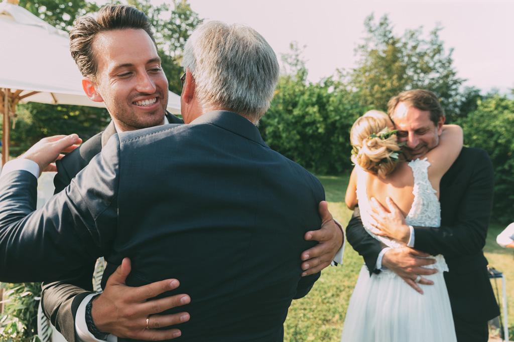 Gli sposi abbracciano amici e parenti in una foto di Della Savia Alessandro