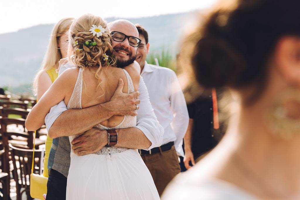 La sposa abbraccia calorosamente un invitato dopo la cerimonia di matrimonio
