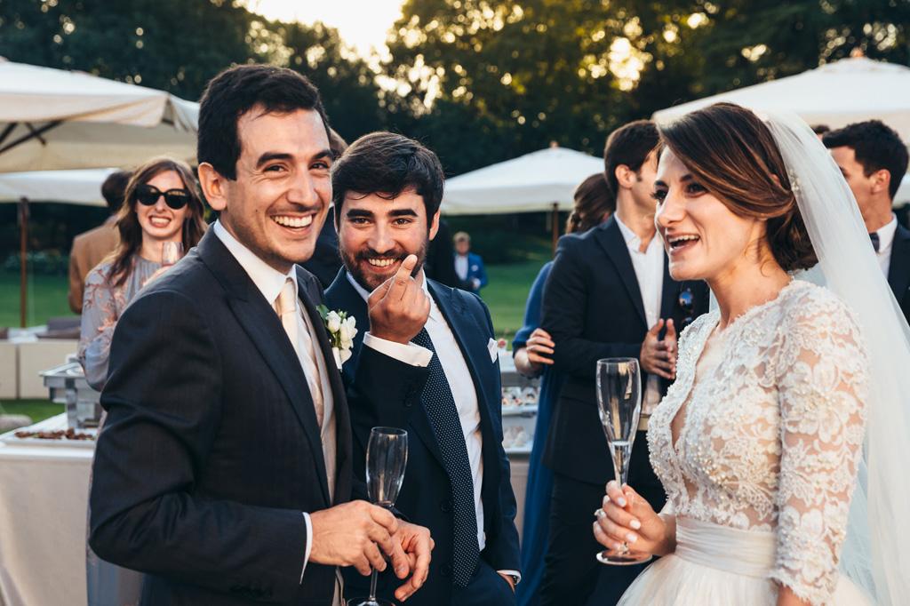 Gli invitati si intrattengono con gli sposi