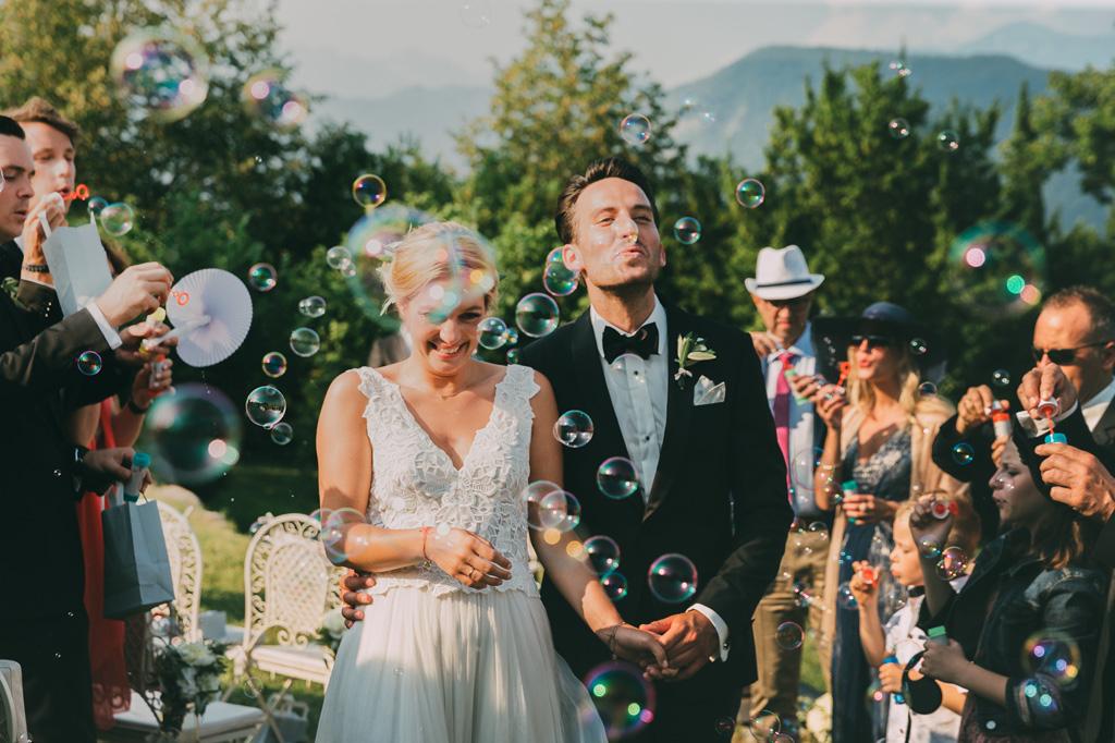 Gli sposi vengono accolti dagli invitati con bolle di sapone