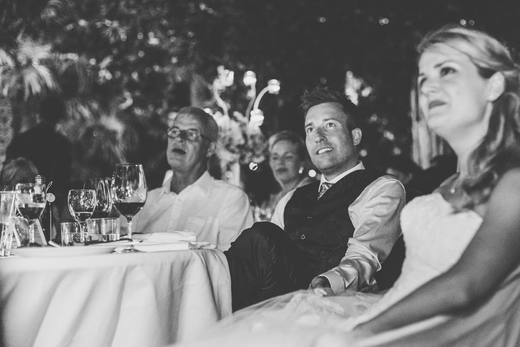Lo sposo segue con attenzione lo sviluppo della serata