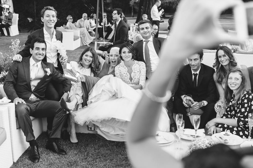 Gli sposi e gli invitati si scattano immagini con il cellulare