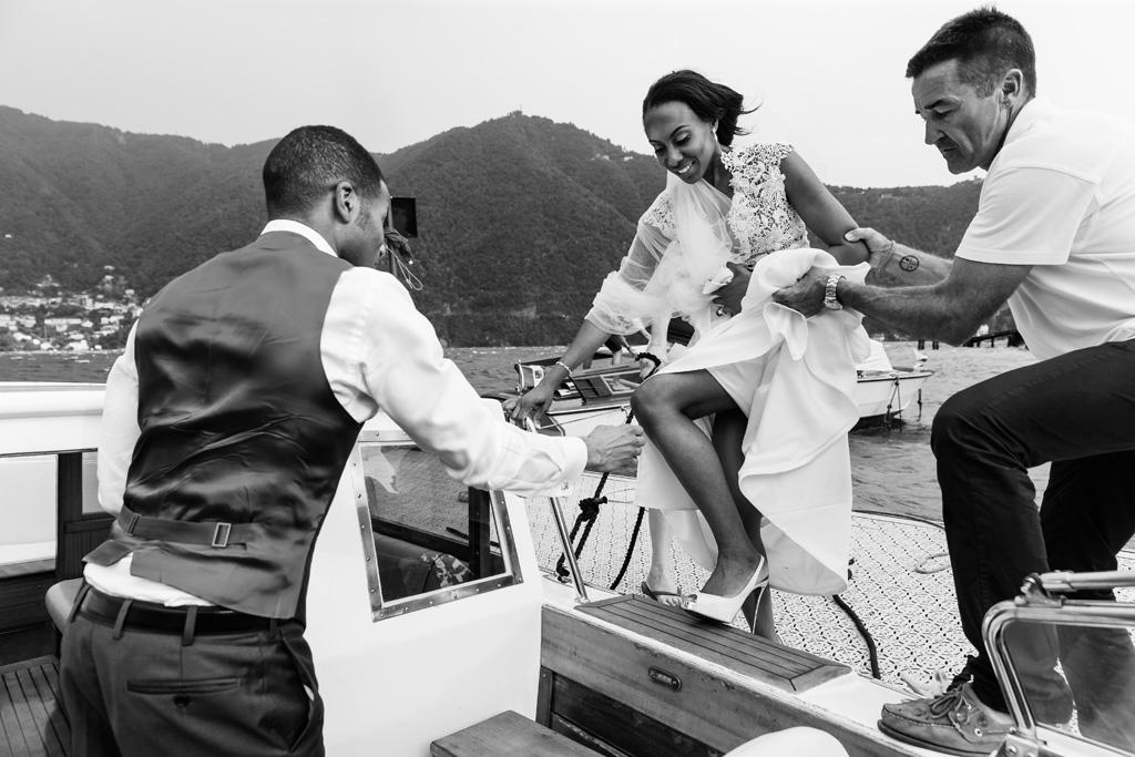 Ayesha sale sul battello accompagnata dallo sposo