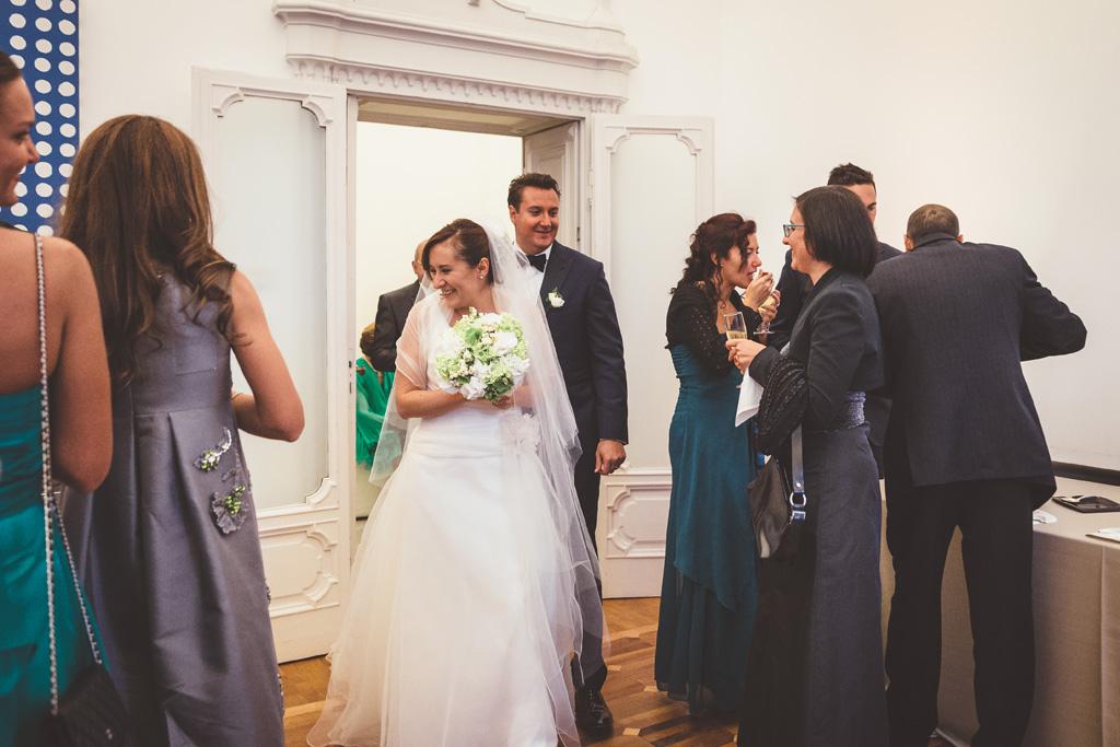 Daniela e Luca entrano in sala di ricevimento