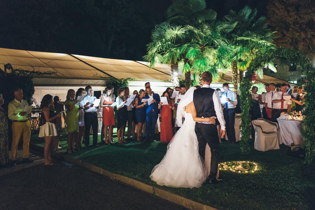 Martin abbraccia la sposa e gli ospiti si dilettano a scattare qualche immagine con il cellulare