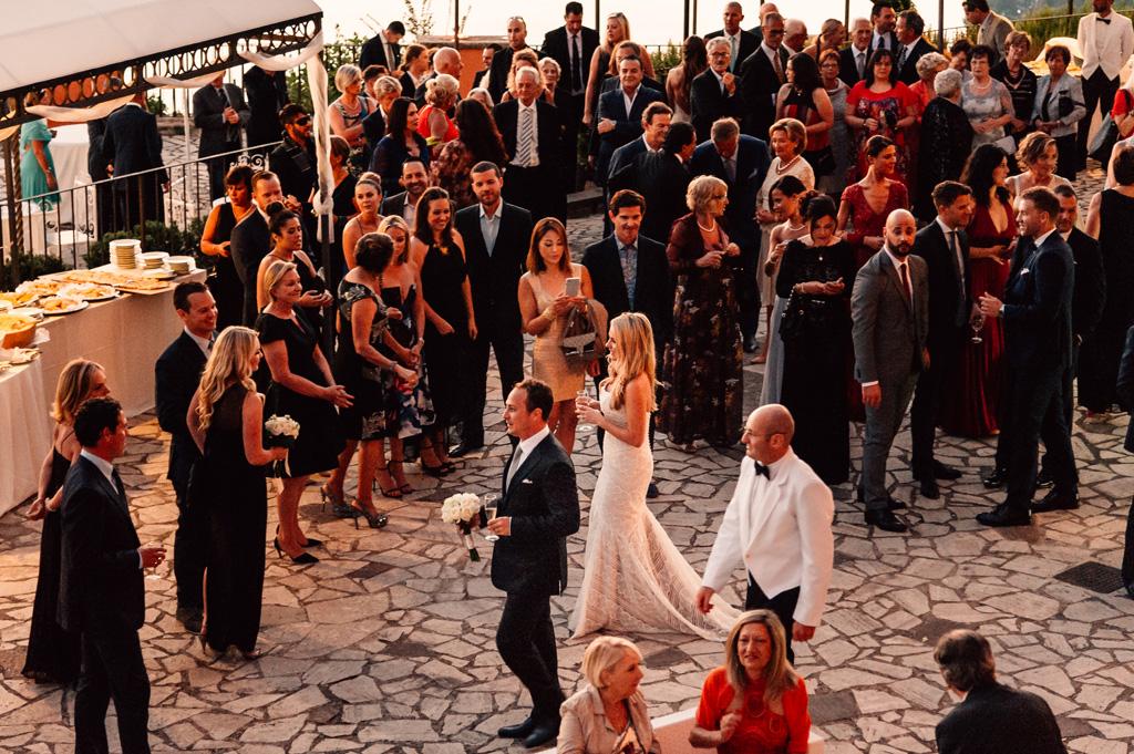 Gli sposi sono accolti da una marea di ospiti
