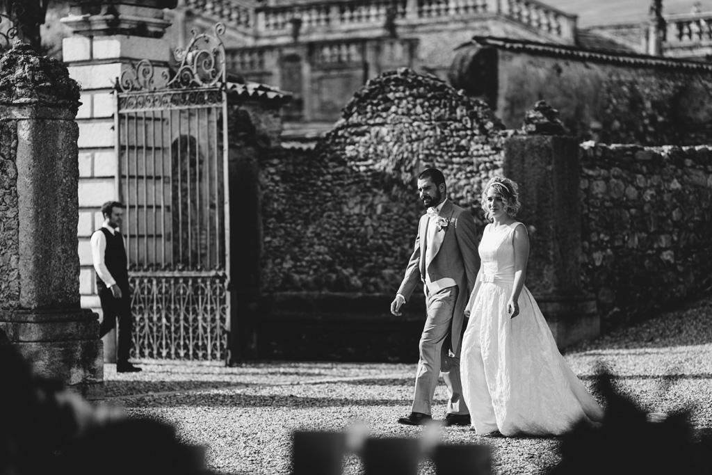 Riccardo e Lidia passeggiano per il cortile di Villa Della Porta