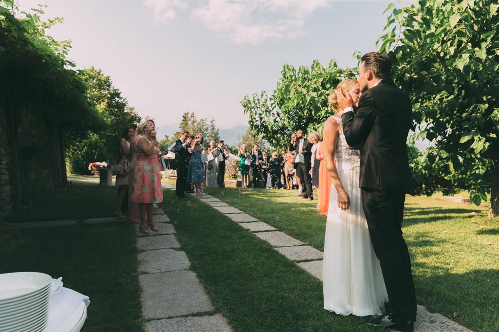 Lo sposo bacia la fronte della sposa