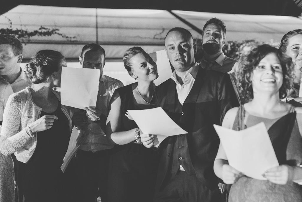 Gli ospiti formano un coro e cantano una canzone
