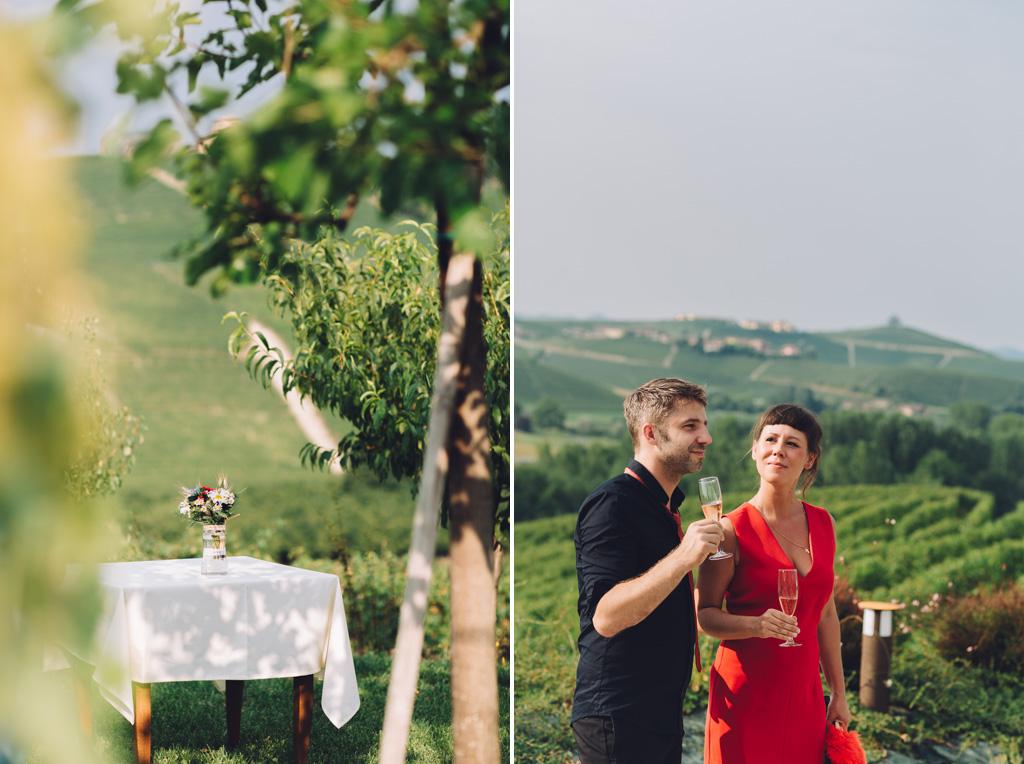 Gli invitati brindano alla nuova coppia unita in matrimonio