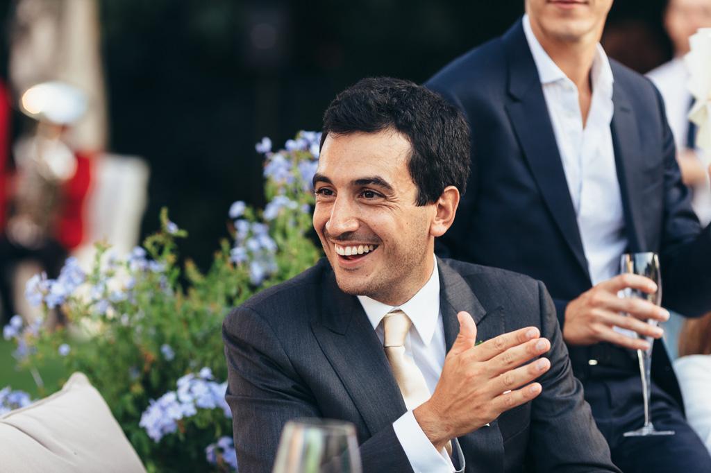 Riccardo scherza con gli invitati