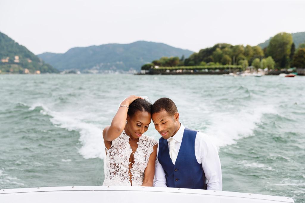Tony e Ayesha viaggiano in barca presso il Lago di Como