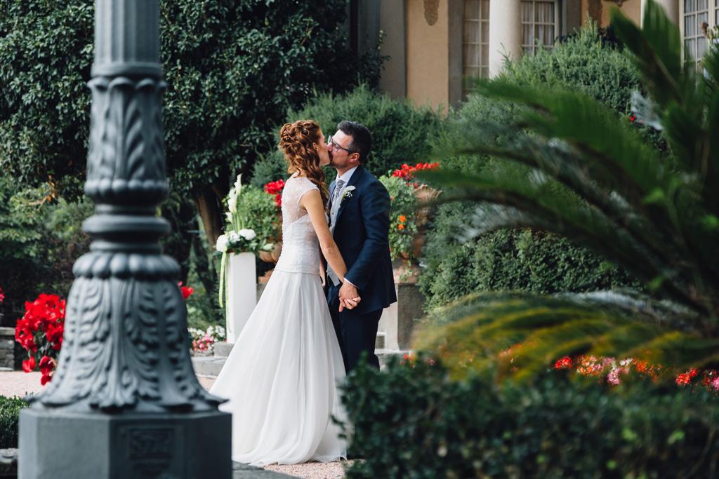 Davide e Arianna di baciano nel cortile di Villa Martinelli