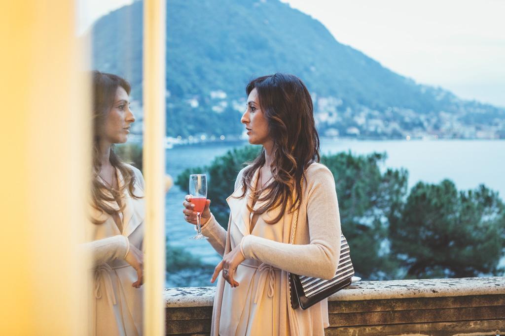La sposa si specchia davanti alla vetrata di Villa Grumello