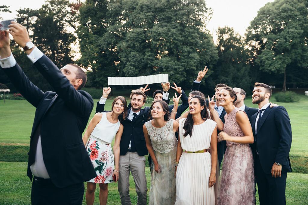 Gli invitati si scattano dei selfie in un clim a di festa e gioia