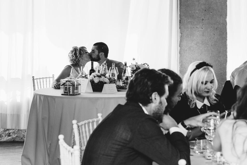 I due sposi si baciano durante il ricevimento presso Villa Della Porta Bozzolo
