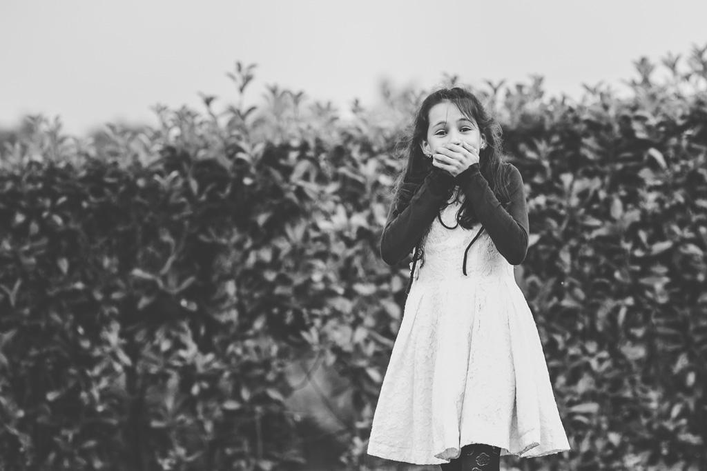 Una bambina con l'espressione stupefatta viene ripresa da Della Savia, fotografo dello studio Ds Visuals