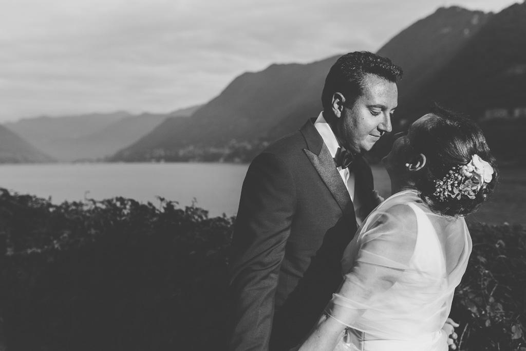 Luca e Daniela si guardano intensamente davanti al Lago di Como, foto di Della Savia