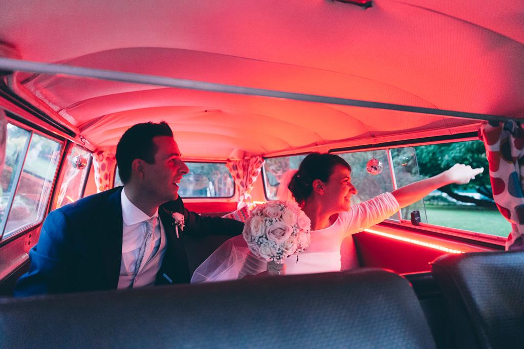 Lorenzo e Alice sono pronti a scendere dalla macchina illuminati da una luce rossa al neon