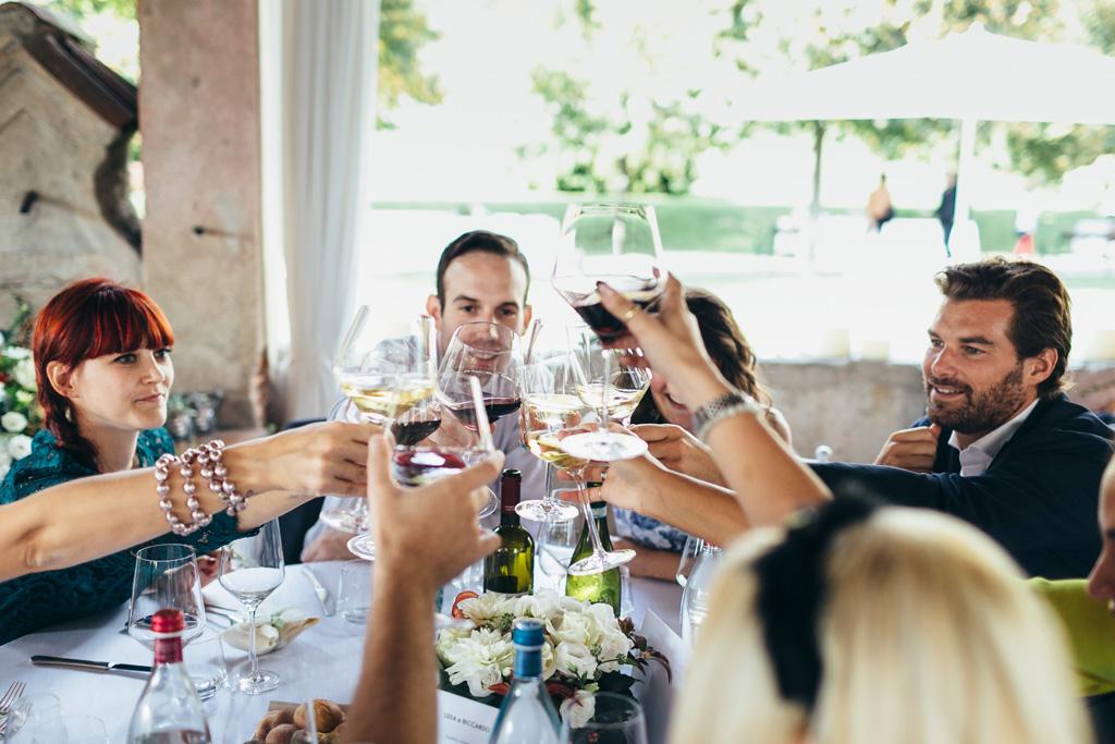 Gli invitati brindano alla felicità di Riccardo e Lidia