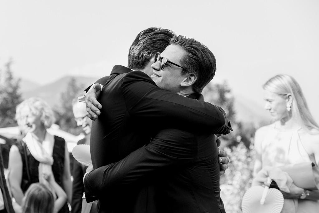 Lo sposo abbraccia amici e ospiti