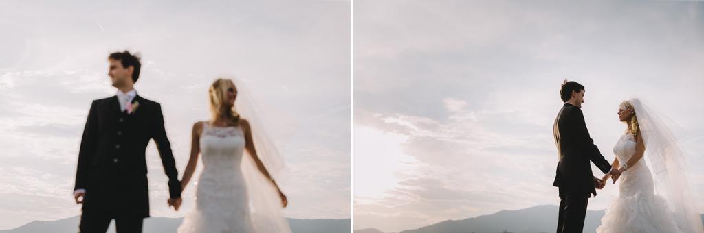 I due sposi, Danilo e Giorgia, passeggiano mano nella mano sospesi in cielo