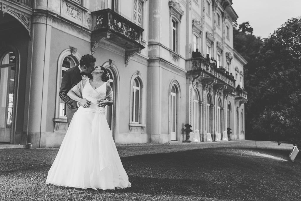 I due sposi si baciano davanti a Villa Grumello
