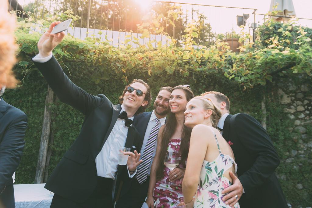 Gli ospiti si scattano selfie con il cellulare
