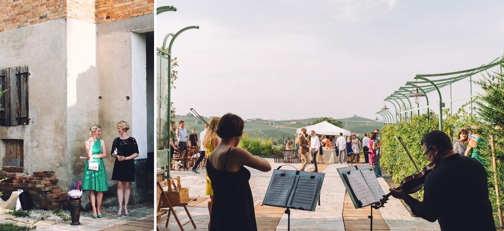 I violinisti intrattengono gli ospiti con della buona musica