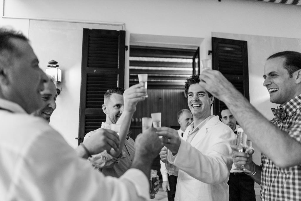 Gli invitati alzano i bicchieri per festeggiare il matrimonio