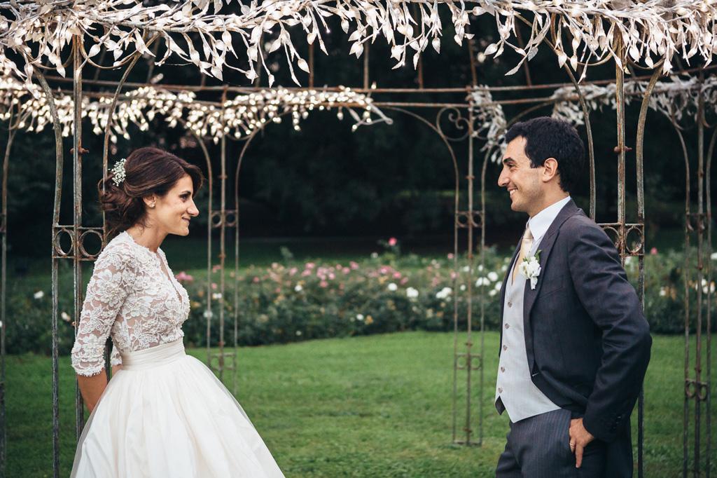I due sposi si guardano dolcemente nel gazebo di Villa Caroli a Stezzano