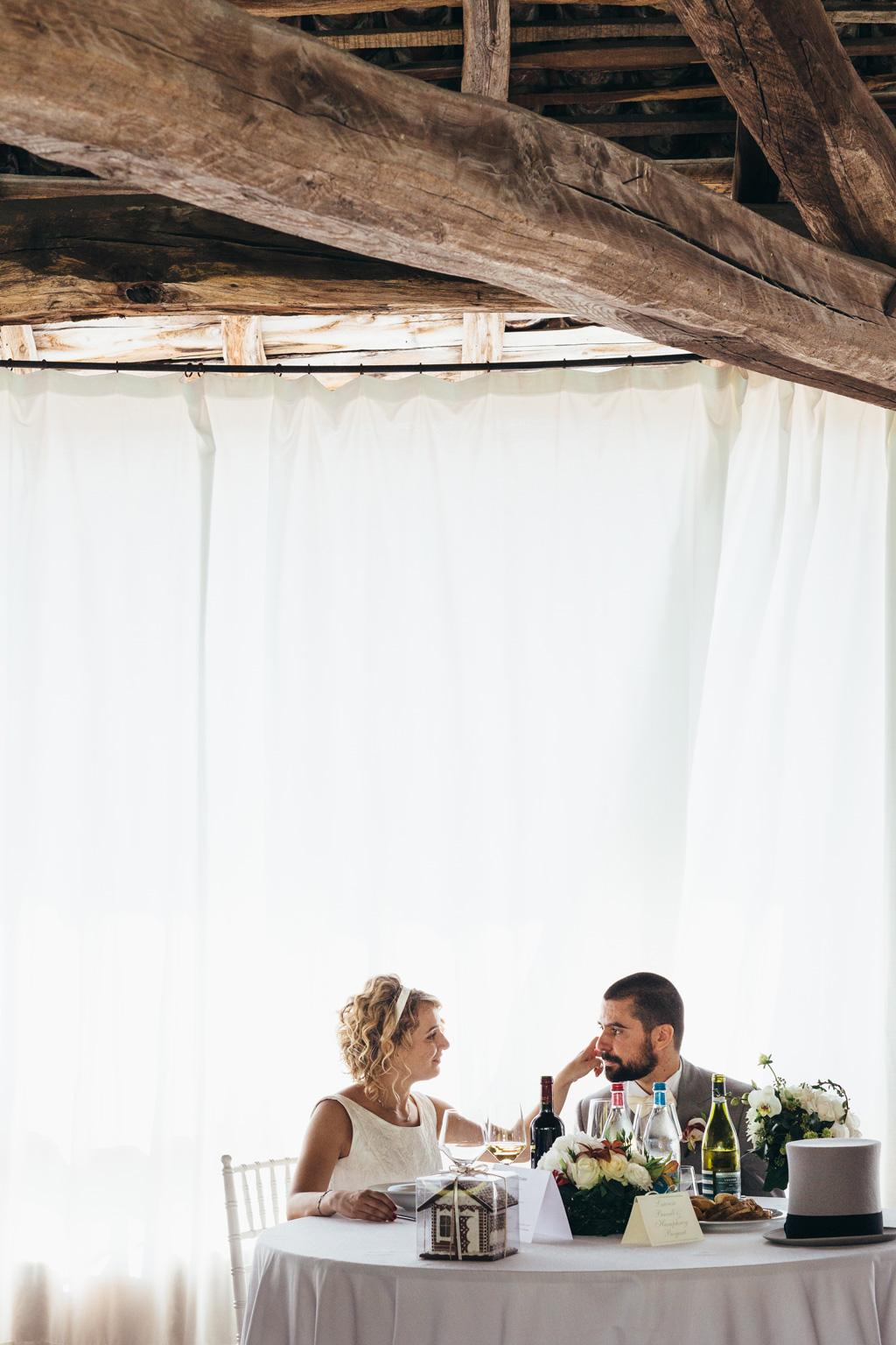 Lidia accarezza lo sposo durante il ricevimento