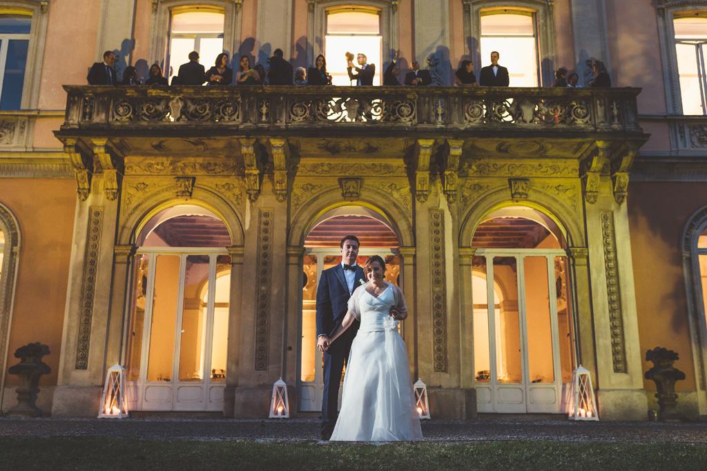 I due sposi posano davanti a Villa Grumello