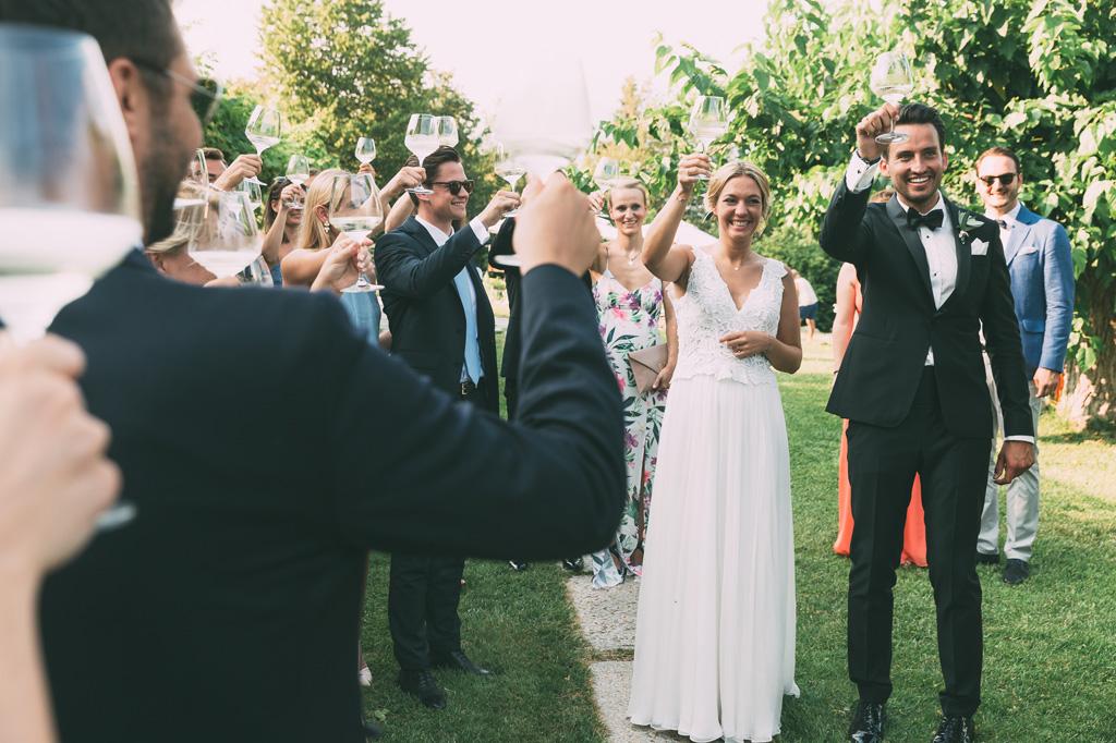 Gli ospiti brindano con Till e Emily a una lunga vita d'amore