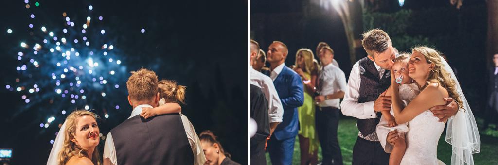 Gli sposi, Martin e Kathrin, guardano i botti d'artificio