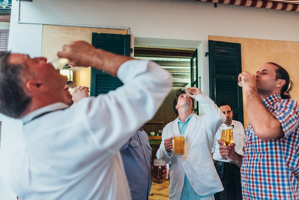 Lo sposo e gli invitati bevono il drink tutto d'un fiato