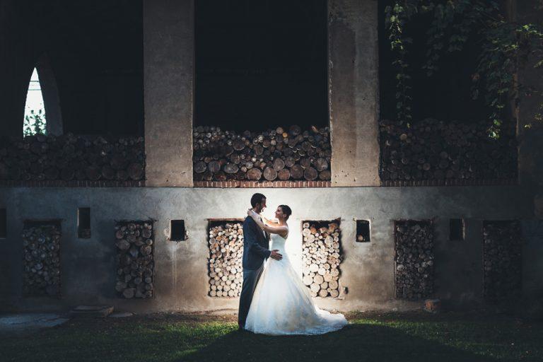 I due sposi si abbracciano illuminati da un cerchio di luce in uno scatto magico di Alessandro Della Savia