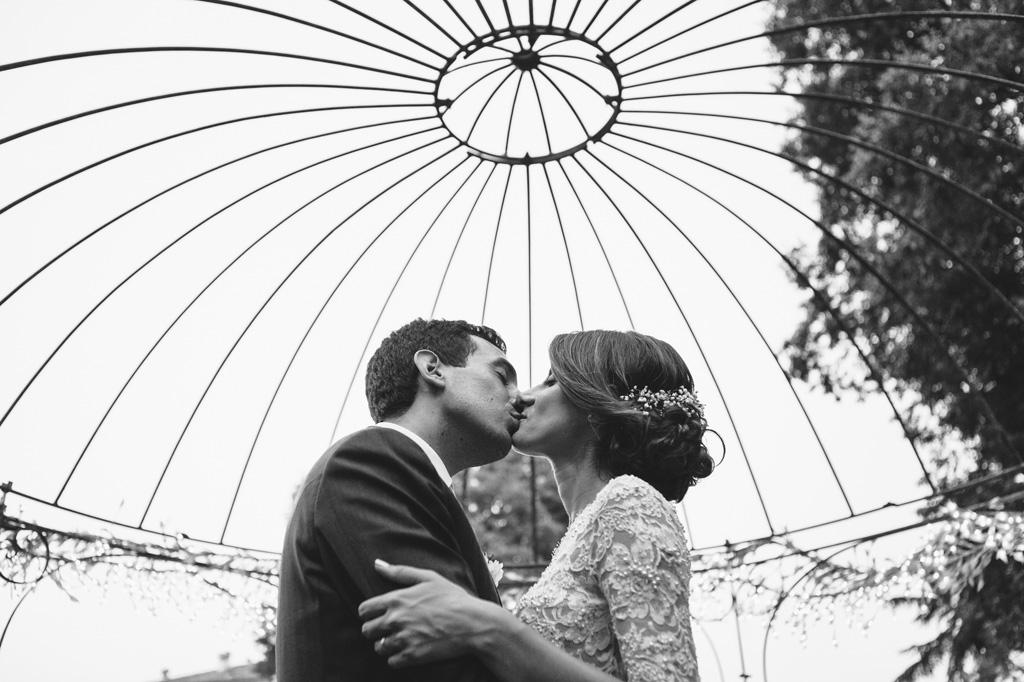 I due sposi si baciano sotto il gazebo