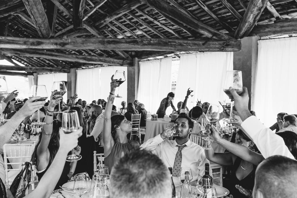 Gli invitati brindano a una lunga vita d'amore in uno scatto di Alessandro Della Savia, fotografo Milano