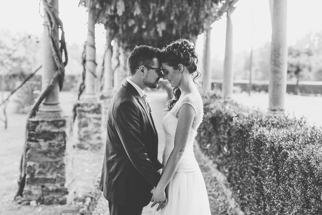 I due sposi si stringono le mani nel cortile di Villa Martinelli