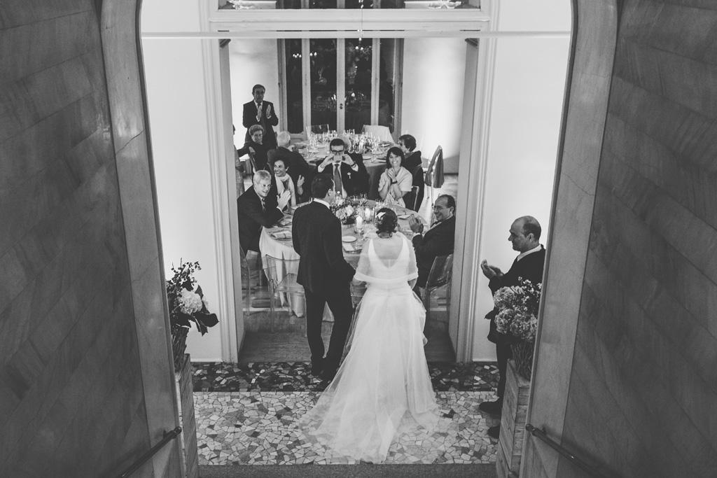 I due sposi raggiungono gli invitati in sala da ballo