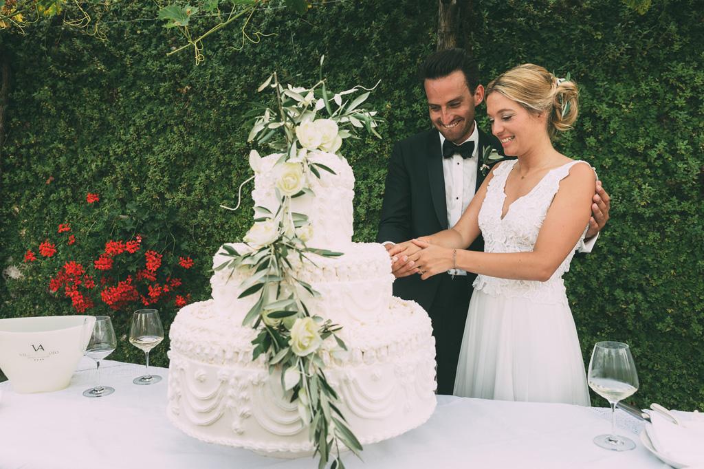 Till e Emily tagliano la prima fetta della torta nunziale