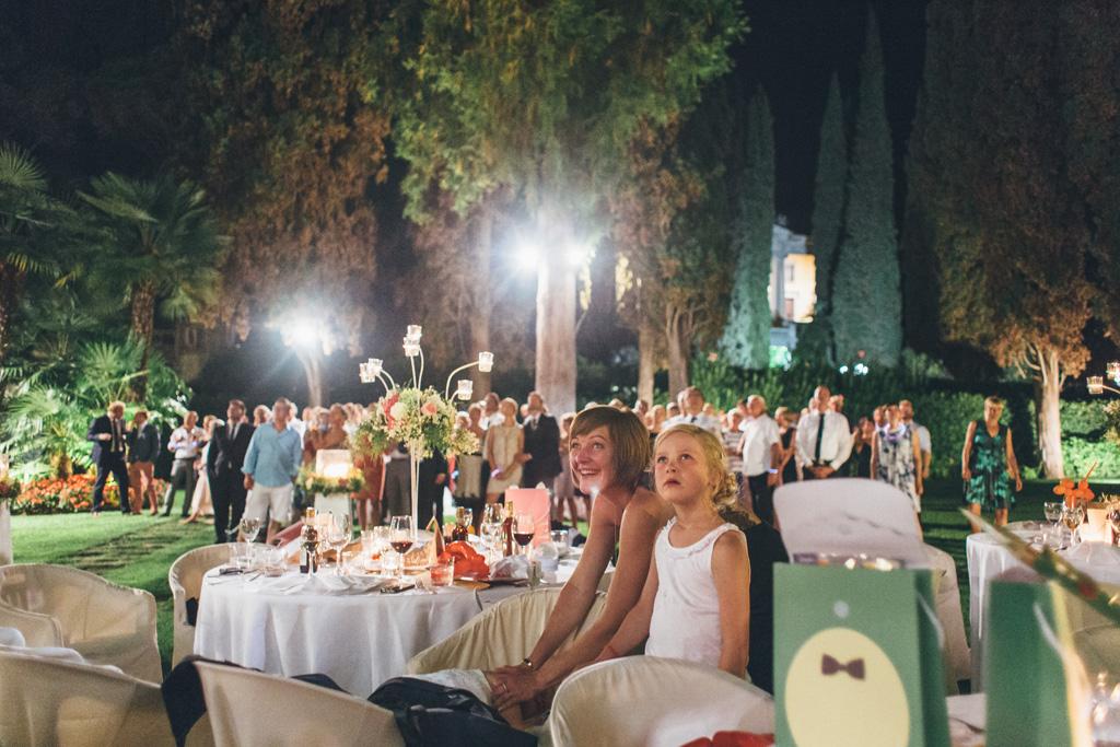 Gli sposi osservano meravigliati i fuochi d'artificio durante il ricevimento presso Torre San Marco a Brescia