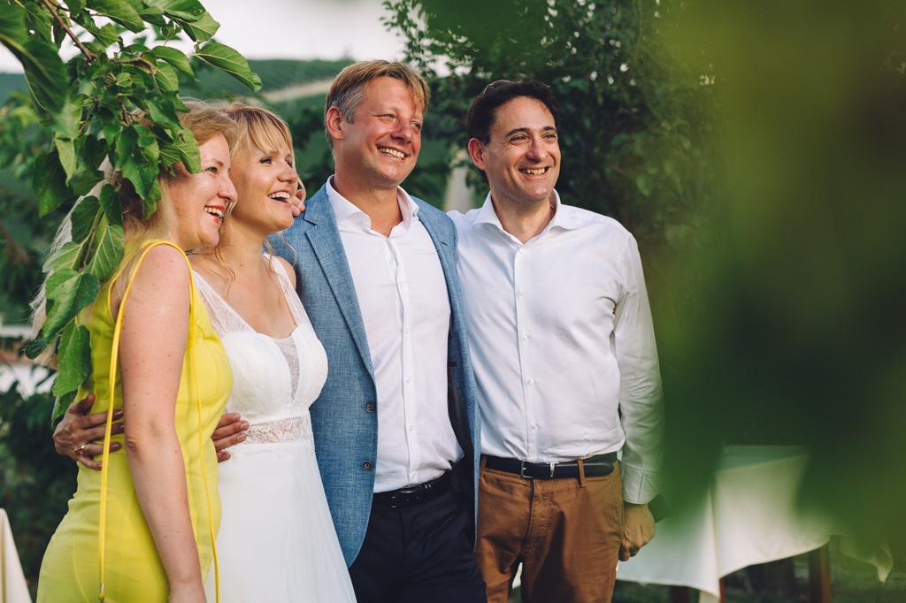 Lo sposo posa assieme agli invitate per le consuete foto di gruppo