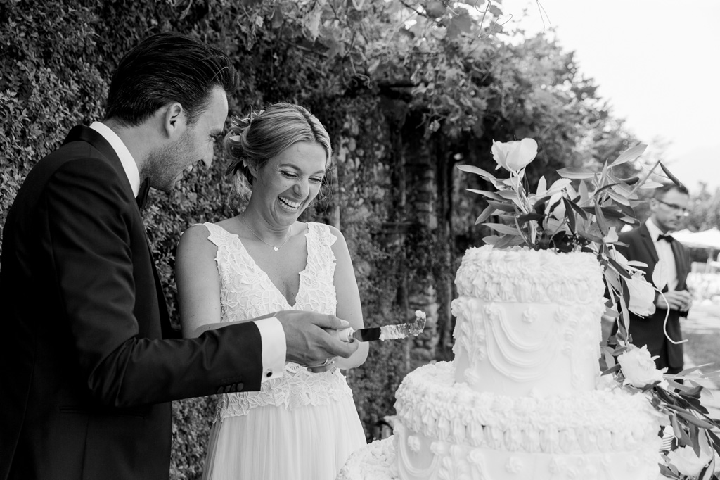 Gli sposi tentano ti tagliare una fetta della torta nunziale